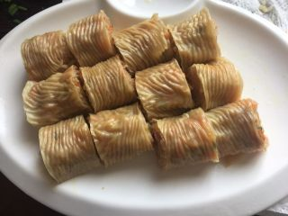 豆皮糯米肉卷,稍微冷却后切成小段
