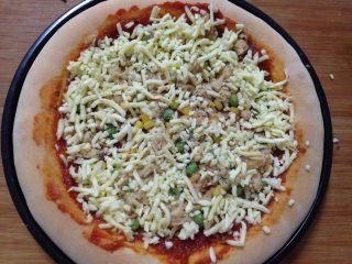 腊肠肉松披萨,撒上马苏里拉奶酪碎