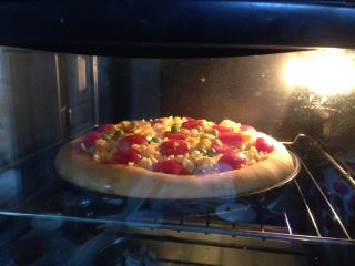 腊肠肉松披萨,入烤箱,上火200度、下火180度、中层、烤10-15分钟