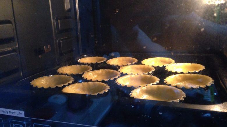 草莓酱流心芝士挞,烤箱预热,上火开160度,下火180度,入烤箱,中下层,烤18分钟左右,直到挞皮变成浅金黄色即可出炉