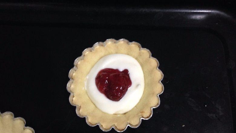 草莓酱流心芝士挞,烤好的挞皮里先挤入少许芝士馅,再挤入草莓酱