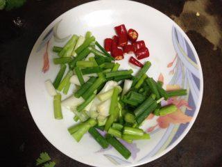 香辣凉拌猪蹄,香葱切段、小米椒切粒