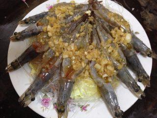 蒜蓉粉丝蒸大虾, 用勺子把蒜汁淋在虾背和粉丝上
