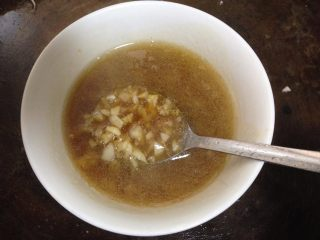 蒜蓉粉丝蒸大虾, 倒入剩余的一半蒜碎里调和成碗汁(这个时候就可以蒸锅加水烧开