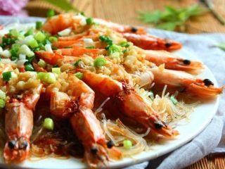 蒜蓉粉丝蒸大虾, 炒锅内加油烧到微冒烟,再浇在虾身上即可,趁热食用口味最佳