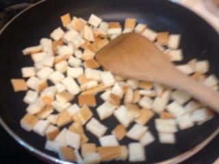 下午茶雞排變身凱撒雞肉熱沙拉,雞肉起鍋後,不需要洗鍋,直接乾炒麵包塊,炒到酥脆感即可起鍋