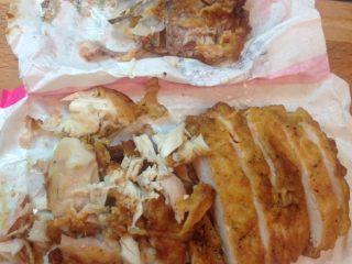 下午茶雞排變身凱撒雞肉熱沙拉,沒骨頭的地方可以切條狀,有骨頭的地方用手撕下肉塊,碎狀也沒關係