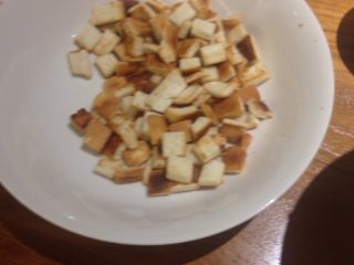 下午茶雞排變身凱撒雞肉熱沙拉,炒好的麵包塊,還可以當孩子的零嘴,酥酥脆脆,一下就吃光