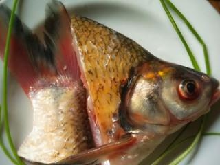 开屏鳊鱼,鱼头鱼尾要多留些肉并且斜着切断,这样才能站立起来