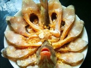 开屏鳊鱼,料酒,生抽,蒸鱼豉油调成汁,腌制好的鱼肉摆盘,将调好的汁浇在鱼上,锅内放水,水开后,将鱼放入锅内大火蒸8-10分钟