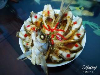开屏鳊鱼,蒸好的鱼撒些红椒粒和葱花
