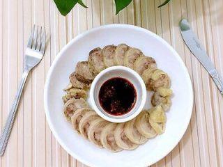鸡肉卷,调一点醮料汁:生抽和辣椒油,也可以放点蒜蓉醮着吃