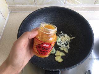 酸汤肥牛,倒入黄辣椒酱