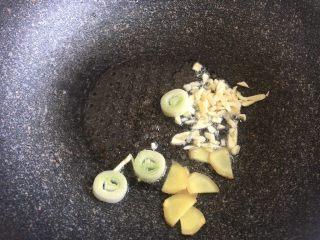 酸汤肥牛,蒜末姜片葱片爆香