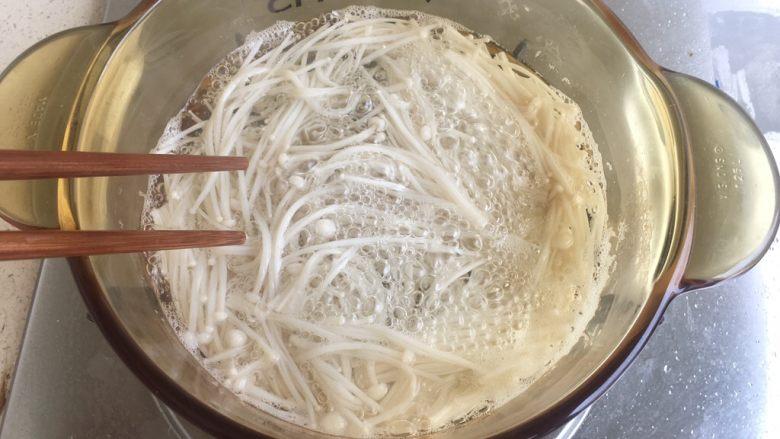 酸汤肥牛,洗净后换另一盆清水 煮开煮熟