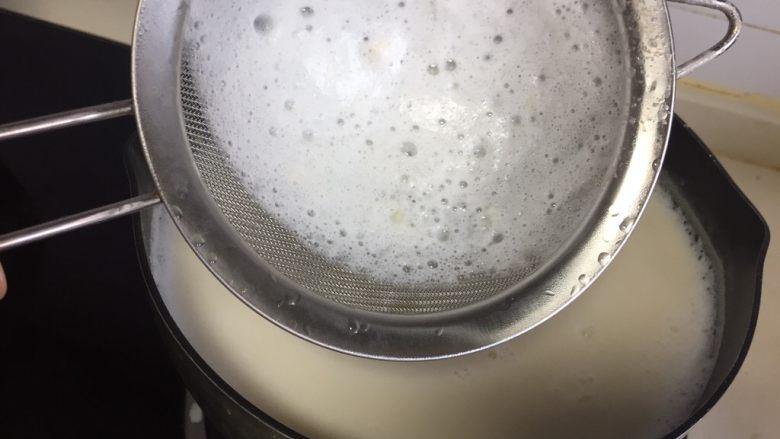 自制爽滑豆花,煮的过程可以用面筛把上面的浮沫撇去。