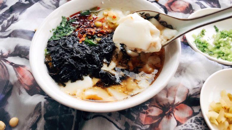 自制爽滑豆花,豆腐花在口中一触即碎,好像被融化了;轻轻一抿,细腻滑爽的豆腐花立即溜进胃里。