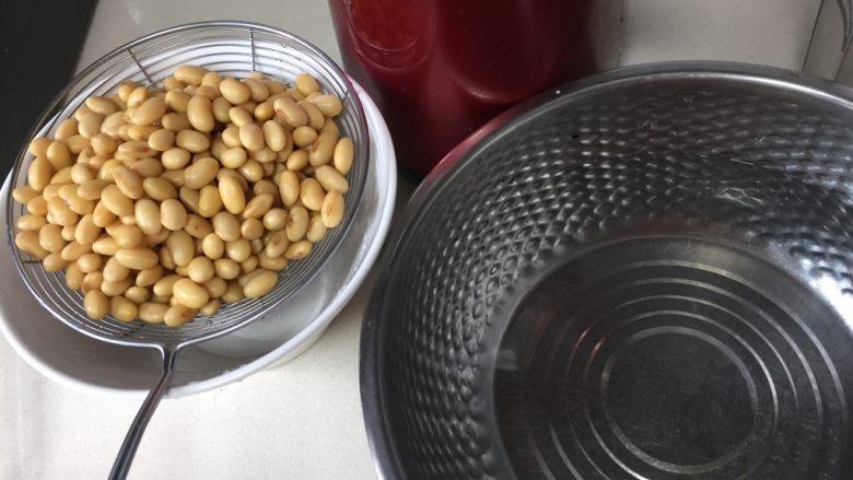 自制爽滑豆花,接下来开始打豆浆, 称好1200克纯净水,自来水也可以,反正等会要煮熟。