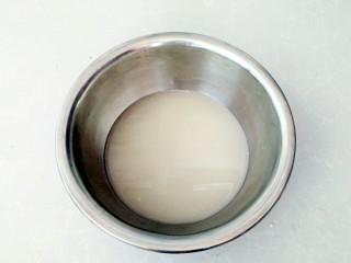有情菜肉煎包,温水中放入发酵粉搅拌融化。