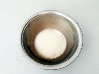 有情菜肉煎包,倒入面粉,揉成软硬适中的面团盖上保鲜膜醒发。