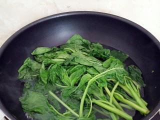 有情菜肉煎包,锅中注水,水烧开后放入有情菜烫软辍水,捞出控水。