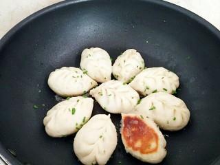有情菜肉煎包,水分收干,撒上香葱即可出锅。