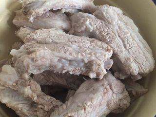 蒜香排骨,排骨洗净切段,去血水,和冷水一起下锅煮开后冲干净备用