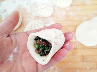 有情菜肉煎包,面皮对折,然后是左边捏一下,右边捏一下,就能包出柳叶状包子。