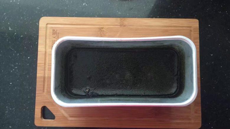 薄荷冻巧克力布丁蛋糕,放入薄荷汁中搅拌至完全融化放入冰箱冷藏5个小时以上。