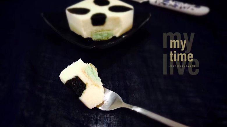 薄荷冻巧克力布丁蛋糕,奶香浓郁,薄荷清凉,又有淡淡的焦糖香味,夏天来一块,美味又解暑。