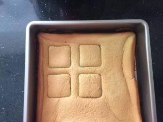 薄荷冻巧克力布丁蛋糕,蛋糕片压出四片方形的。