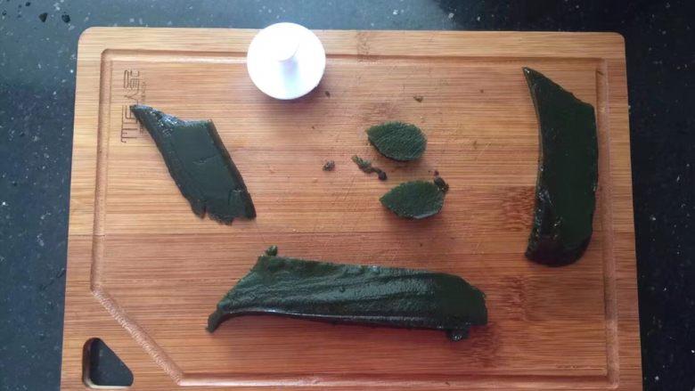 薄荷冻巧克力布丁蛋糕,薄荷冻取出切片,用叶子模压出几片叶子形状的薄荷冻。