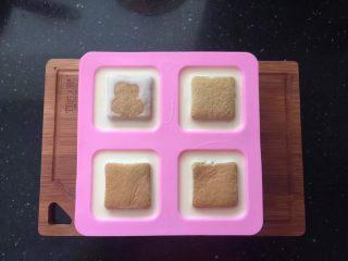 薄荷冻巧克力布丁蛋糕,模具中倒入布丁液,再放入蛋糕片,放入冰箱冷藏5个小时以上。