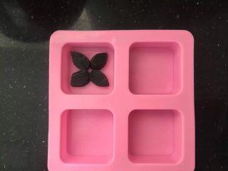 薄荷冻巧克力布丁蛋糕,摆放在硅胶模具中。