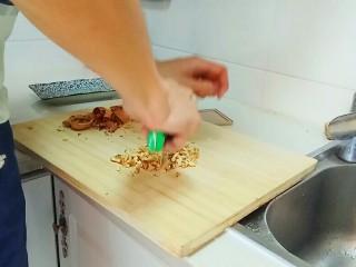 红糖发糕,也可以做白糖的,用量和红糖发糕是一样的,这里我加了一些核桃碎。