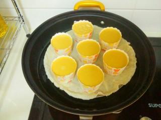 红糖发糕,上锅,大火烧开上蒸汽后,蒸20分钟即可。