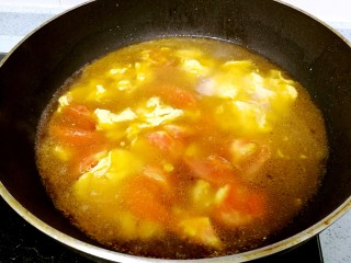 番茄鸡蛋牛肉粉,倒入2碗清水,大火烧开。