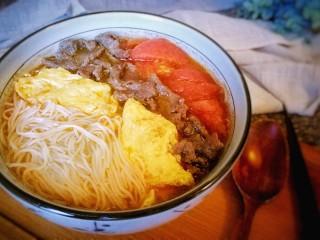 番茄鸡蛋牛肉粉,装上配料,完成。