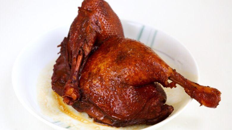 卤鸭,9.将煮好的鸭子捞出。