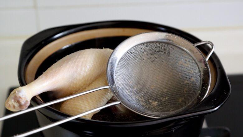 卤鸭,3.将泡出血水的鸭子清洗干净入冷水锅煮开,撇去浮沫。 注:如果浮沫过多,水要倒掉,鸭子要再次清洗干净。
