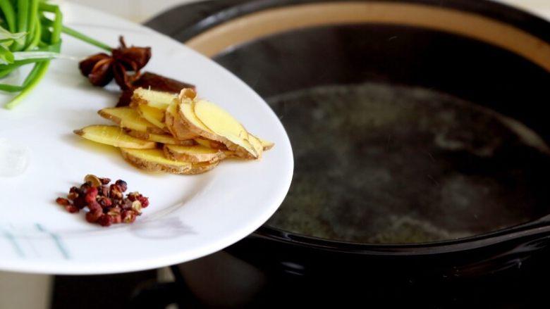 卤鸭,4.然后将鸭子取出,放入葱、姜、冰糖、桂皮、八角、花椒。