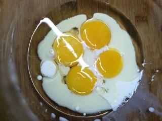 低卡南瓜蛋糕卷(内附无油低卡南瓜卡仕达酱做法),蛋黄蛋白分别打到无水无油盆中,蛋黄中加入牛奶,玉米油,搅拌均匀。