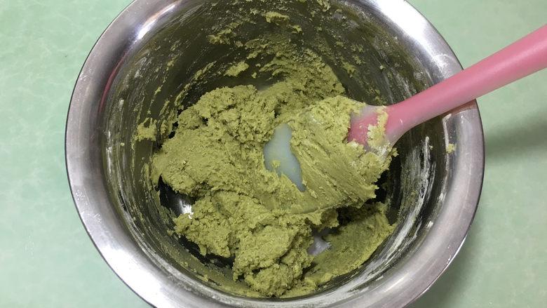 樱花抹茶凤梨酥,用硅胶刀搅拌均匀至没有干粉。