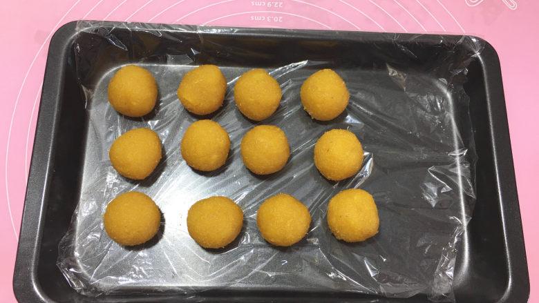 樱花抹茶凤梨酥,将凤梨馅按每个25克分出12份。