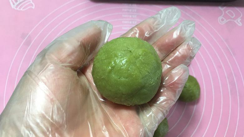 樱花抹茶凤梨酥,然后两手将包好的面团揉圆。