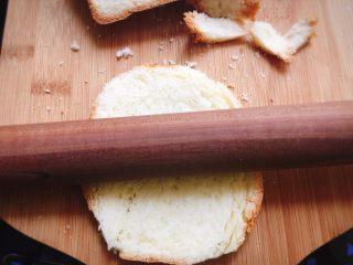 没错,吐司也能做肉松小贝,把面包片用刀裁剪成圆形或者椭圆形,用擀面杖略微擀几下,不然太宣软了