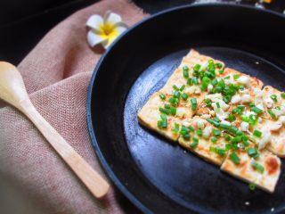 香煎豆腐,其实什么豆腐都行,嫩豆腐最好吃,就是煎的难度大一点,易碎;老豆腐口感太实,味道又差点儿