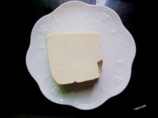 香煎豆腐,豆腐放淡盐水中浸泡10分钟