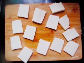 香煎豆腐,豆腐沥干水分,切厚3MM左右的薄片