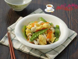 荷兰豆海鲜菇炒鸡蛋,端上桌了。